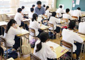 大阪府下でチャレンジテストを受ける中学生